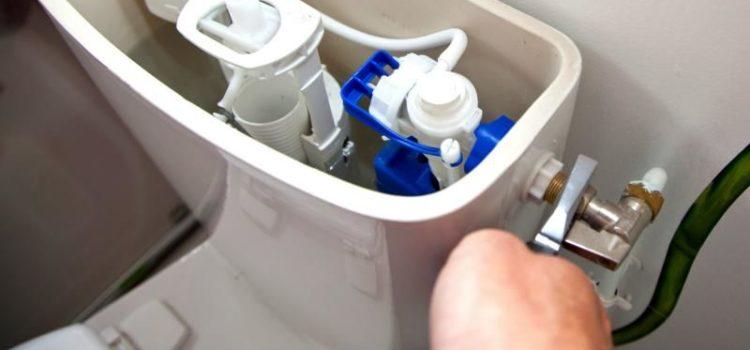 Comment réparer une chasse d'eau qui fuit?