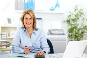 49253896-belle-femme-d-affaires-d-âge-mûr-travaillant-dans-le-bureau-moderne-